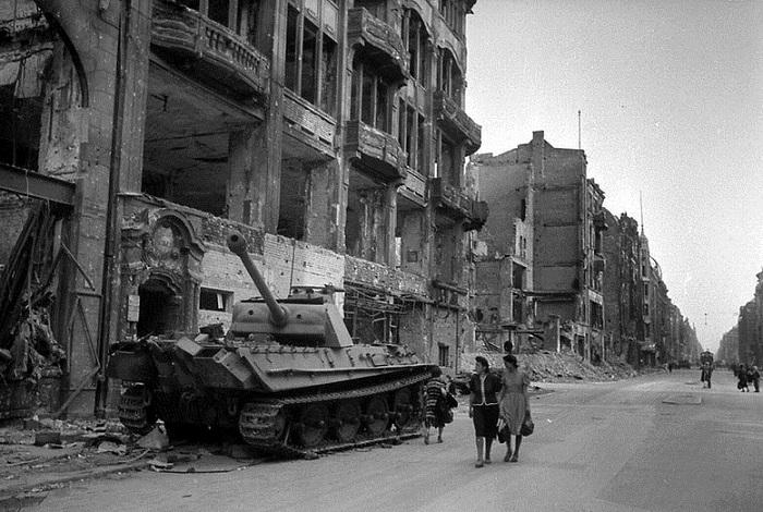 Подбитый немецкий танк «Пантера».
