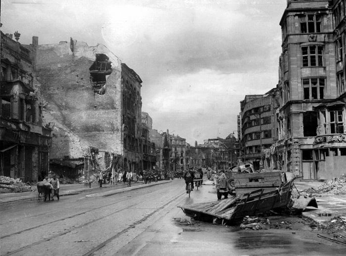 Вид на улицу Берлина после окончания боев за город.