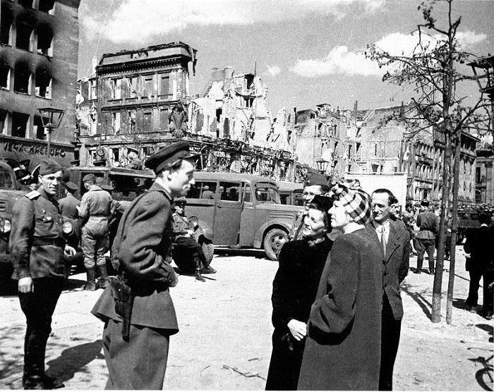 Жители Берлина беседуют с советским офицером.