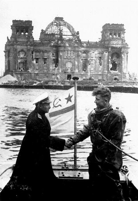 Начальник Речного аварийно-спасательного управления ВМФ СССР контр-адмирал Фотий Иванович Крылов награждает водолаза орденом за выполнение разминирования реки Шпрее в Берлине.