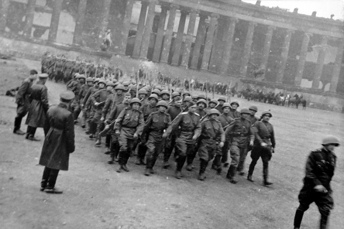 Колонна солдат советской 5-й ударной армии на параде в парке Люсгартен в Берлине.
