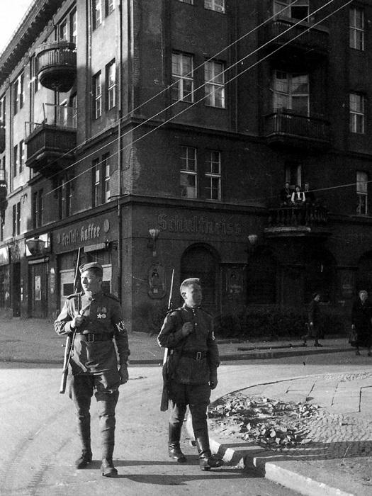 Военный патруль на улицах Берлина.