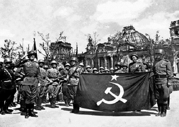 Торжественное построение советских войск перед парадом, посвященным отправке Знамени Победы в Москву.