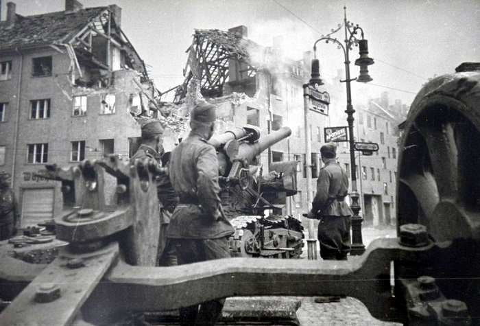 Советские военнослужащие на площади.