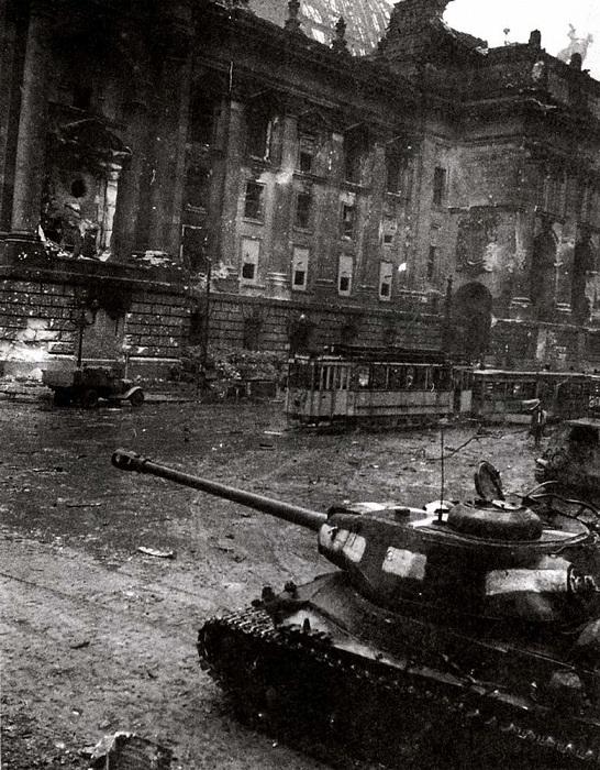 Тяжелый танк ИС-2 у стен поверженного Рейхстага.