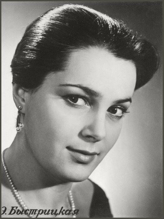 В 1999 году в опросе газеты «Комсомольская правда» Элина Быстрицкая была признана «самой красивой женщиной уходящего века».   Фото: kinomania.ru.