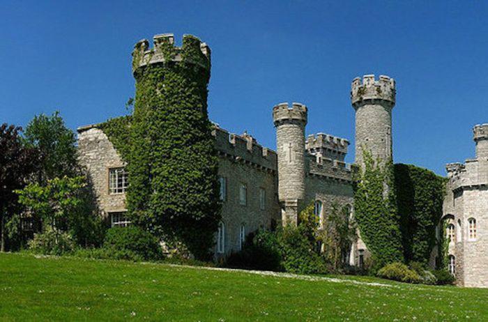 Замок был построен в 1460 году, но в 1820 году его перестроили, придав вид настоящего норманнского замка.