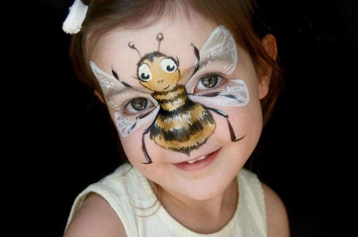 Пчелка, нарисованная на лице ребенка.