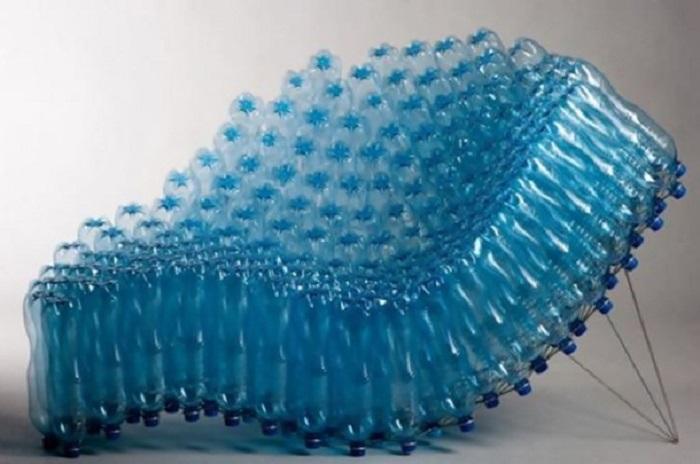 Удобное кресло для сада и дачи из железного каркаса и пластиковых бутылок.