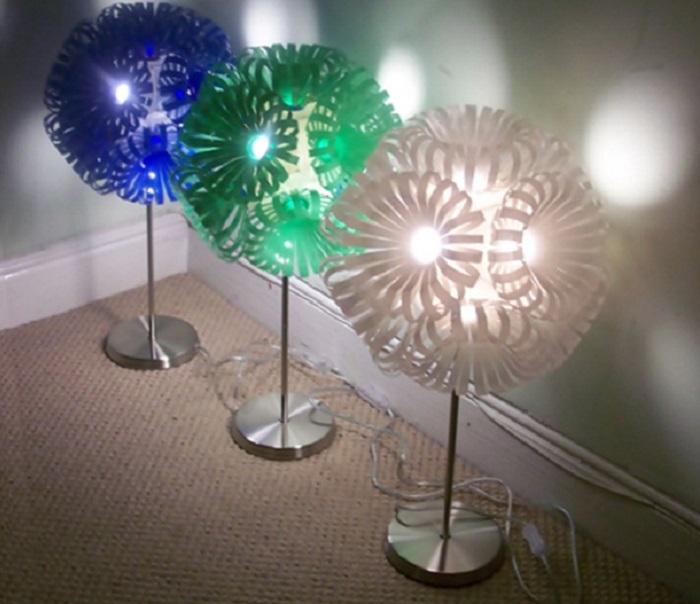 Оригинальные напольные светильники выполненные из пластиковых бутылок.
