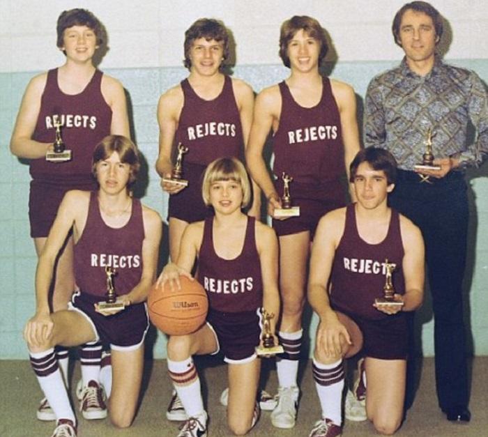 Брэд (в первом ряду в центре) с баскетбольной командой, 1977 год.