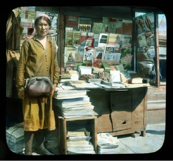 Уличная торговка возле газетного киоска «Союзпечать».