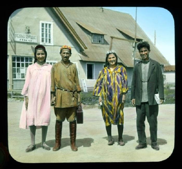 Люди в традиционной среднеазиатской одежде.