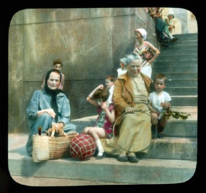 Женщины и дети на ступеньках библиотеки имени Ленина.