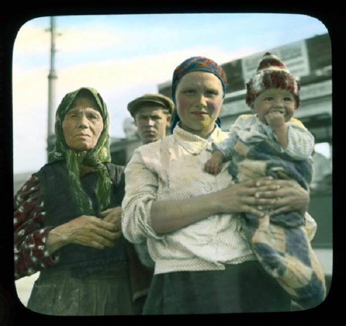 Портрет матери с ребенком и старой женщиной на трамвайной остановке.