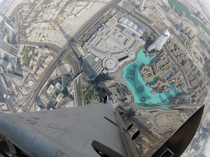 Наивысший небоскреб на планете высотой 828 м., форма здания напоминает сталагмит.