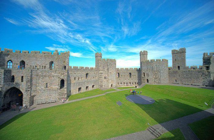 Один из наиболее впечатляющих замков короля Эдуарда I и одна из величайших крепостей Европы.