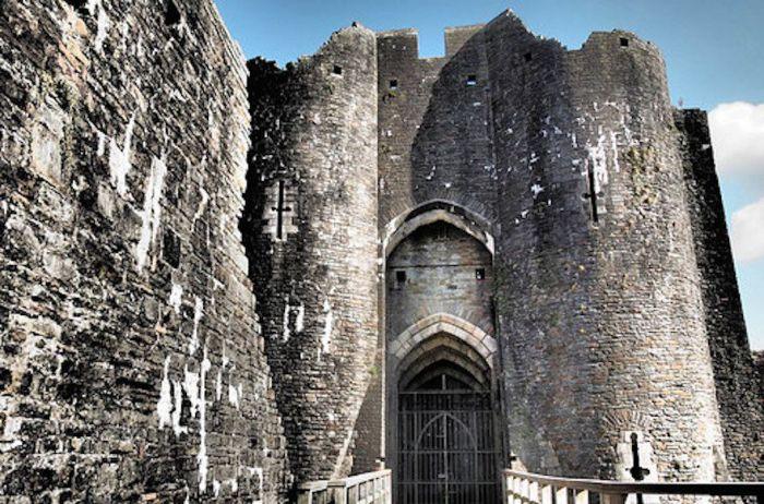 Один из самых больших норманнских замков, расположенный в одноименном городе-графстве на территории южного Уэльса.