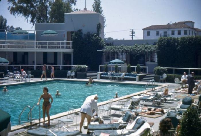 Общественный бассейн под открытым небом в Калифорнии.