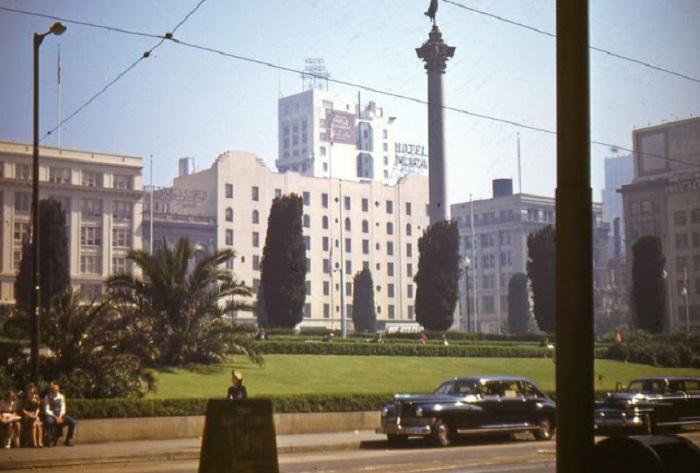Гранитная колонна в центре площади.