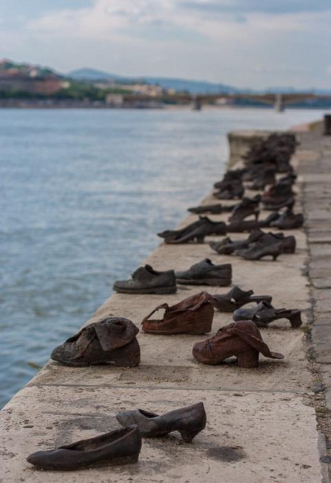 Скульптурная композиция посвящена жертвам Холокоста.