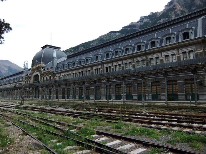 Железнодорожный вокзал был заброшен из-за разрушения моста на французской стороне гор.