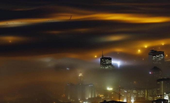 Туман поглощающий город. Фотограф Майк Хатчингс (Mike Hutchings).