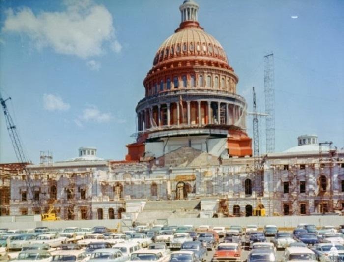 Капитолий США окрашен слоем красной защитной краски, перед покраской в белый. 1959 год.
