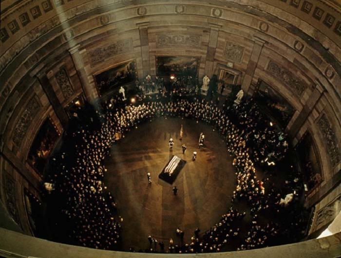 25 ноября 1963 года в Вашингтоне, число желающих проститься с погибшим президентом в здании Капитолия превысило 200 тысяч человек.