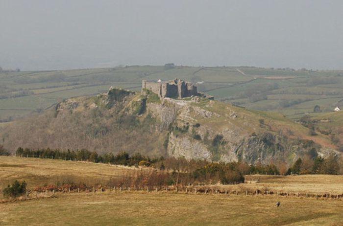 Замок Каррег Кеннен расположен в живописной местности на берегу реки Кеннен, рядом с деревушкой Трапп.