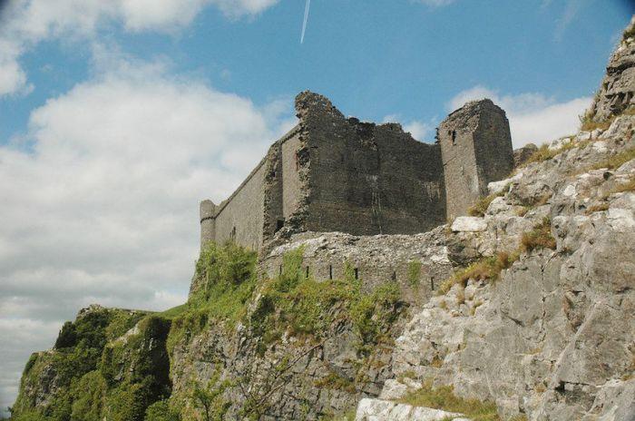 Замок был построен в XII-XIII веках на 90-метровом холме.