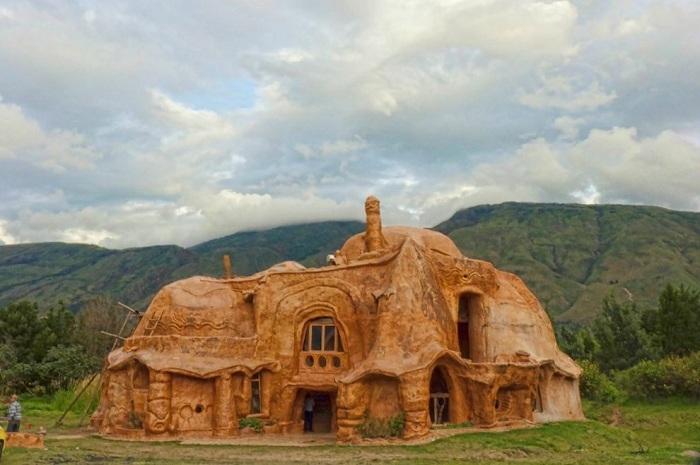 Терракотовый домик, целиком сделанный из глины.