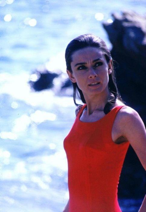 Британская актриса в красном купальнике во время съемок одной из сцен фильма-мелодрамы «Двое на дороге».