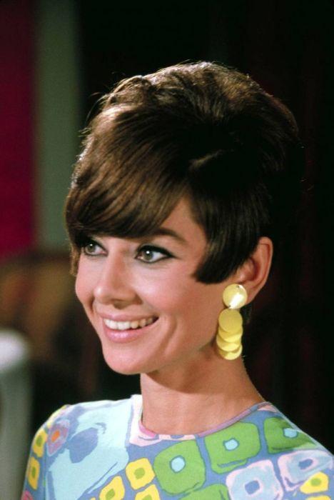 Британская актриса, признанная иконой стиля, позирует для рекламного постера фильма-мелодрамы «Двое на дороге».