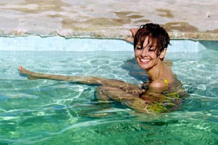 Отдыхающая актриса позирует английскому фэшн-фотографу Терри О'Нилу в перерыве между съемками фильма.