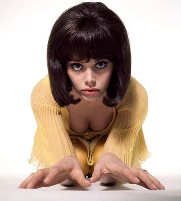 Известная фотомодель 1960-х годов примеряет образ брюнетки во время студийной фотосъемки.