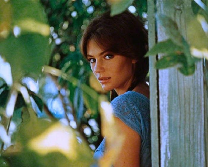 Прекрасная британская киноактриса позирует английскому фотографу Терри О'Нилу в своем доме в Малибу (США).