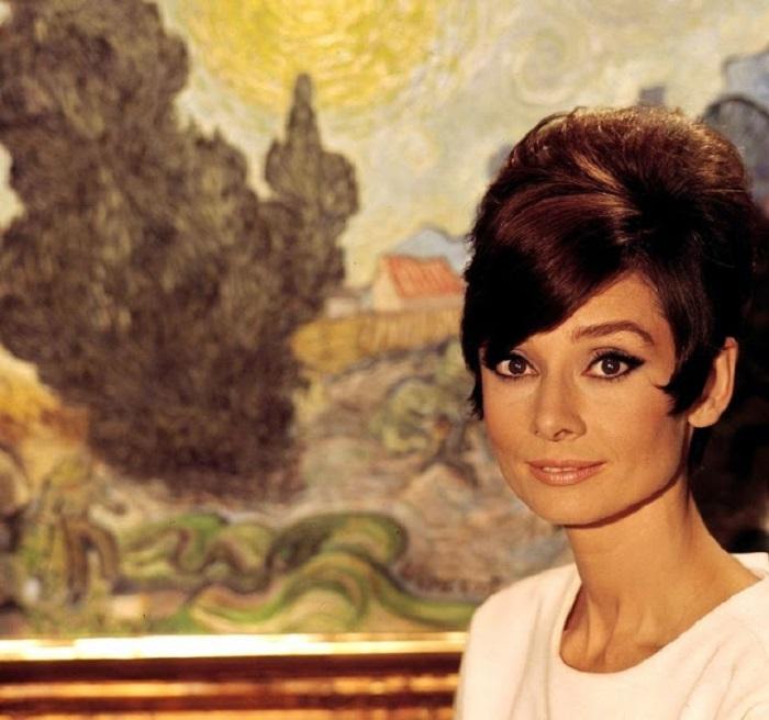 Легендарная актриса позирует для рекламного постера к художественному фильму «Как украсть миллион».