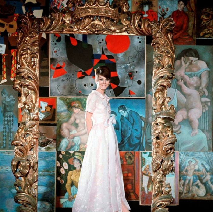Голливудская актриса в вечернем платье из осенней коллекции французского модельера Юбера де Живанши.