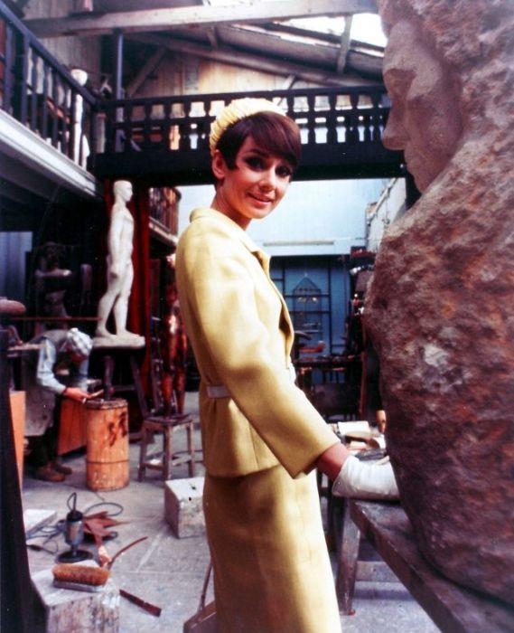 Британская актриса и фотомодель в парижской студии во время съемок знаменитого фильма «Как украсть миллион».