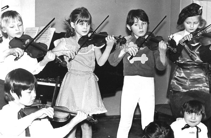 В школьные годы будущий ведущий самых «откровенных» телешоу на российском ТВ посещал кружок шитья мягких игрушек и прилежно играл на скрипке.