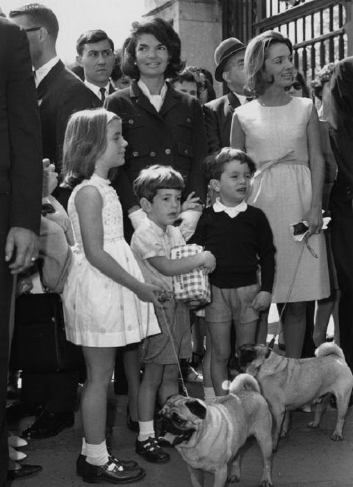 Первая леди США с детьми и мопсами.