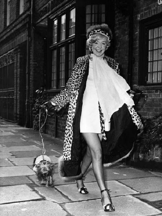 Британская певица на прогулке с йоркширским терьером.