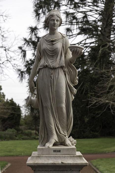 Дочь Зевса и Геры, которая олицетворяла расцвет человеческой жизни, на пирах олимпийских богов выполняла обязанности виночерпия, поэтому часто изображалась с кувшином и чашей в руках.