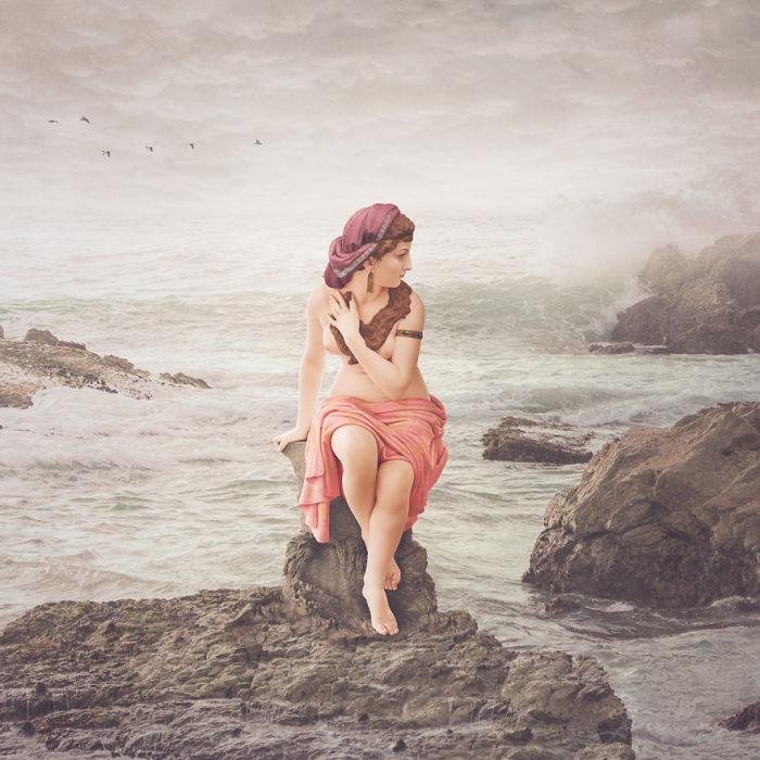 Еще со времен Ренессанса художники часто выбирали сюжет купающейся Сусанны – это был хороший повод изобразить обнаженное женское тело, австралийский фотограф и компьютерный дизайнер Джейн Лонг тоже поместила раскрашенную статую девушки у воды.