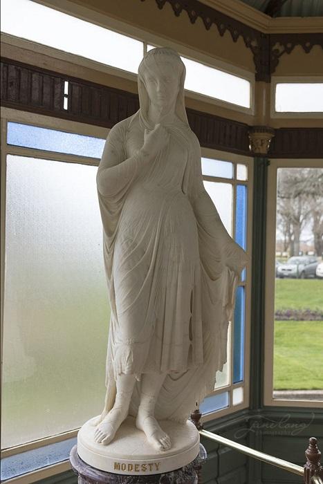 Прекрасная женская фигура покрыта тонкой прозрачной вуалью - яркий образец безупречной техники работы с мрамором.