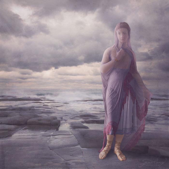 Изначально Джейн Лонг планировала просто добавить цвета мраморным статуям, чтобы вдохнуть в них жизнь, но после решила добавить фон для создания соответствующей атмосферы.