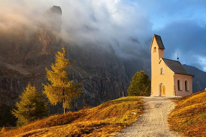 Эту красивую часовню на перевале построили уже в этом веке. Она хорошо вписалась в прекрасный горный пейзаж.