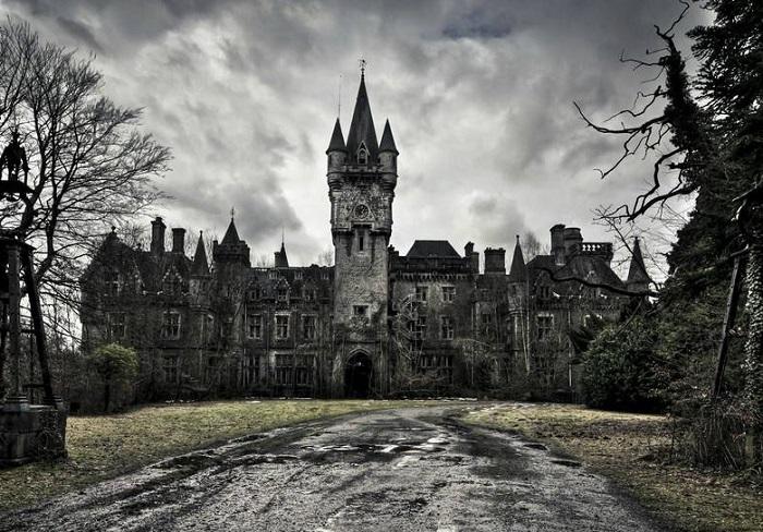 Замок Миранда стоит заброшенным, представляя собой плачевное зрелище.