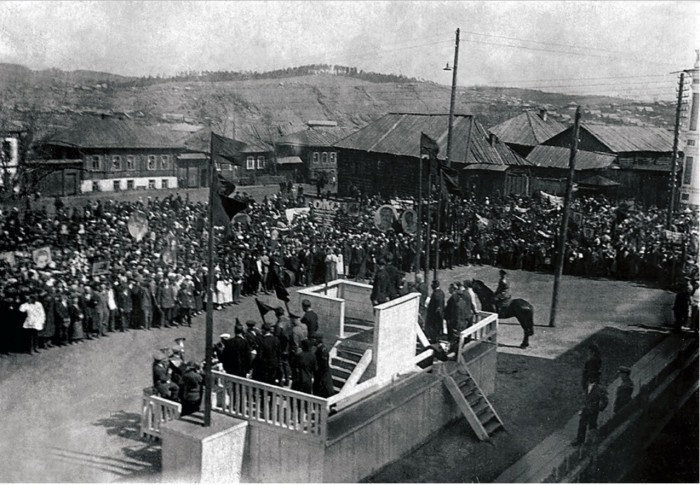 Жители Сатки на митинге.